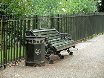 13964077-banco-y-bote-de-basura-en-un-parque-de-londres-foto-de-archivo